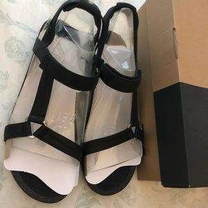 NIB Teva Ysidro black leather sandals in size 11